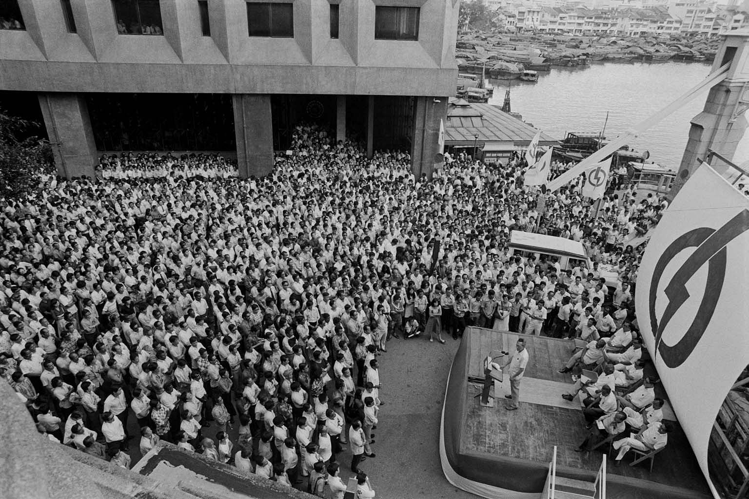 048a2430916 Prime Minister Lee Kuan Yew speaking to a packed lunchtime rally crowd at  Fullerton Square in 1976. PHOTO: ST FILE