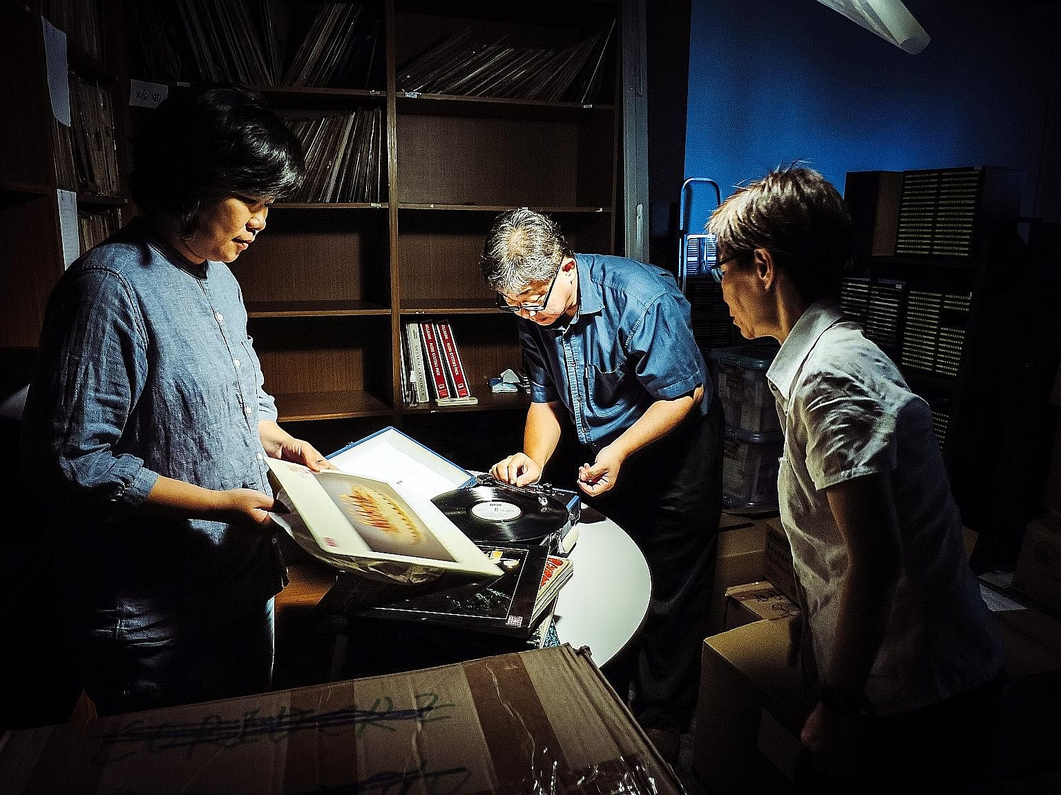 Joe Ng (right) as the shy noodle vendor in Mee Pok Man (1995). Benicio Del Toro (left) stars in Sicario.