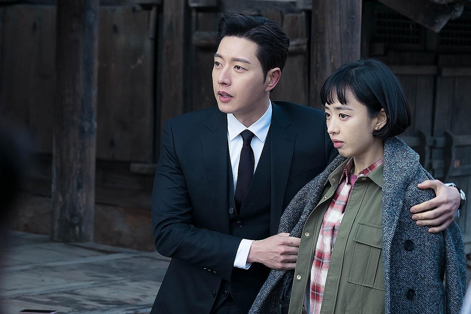 (Above) Park Hae Jin plays a secret agent working undercover as an action star's bodyguard and Kim Min Jung is the star's manager, who falls into a love triangle with the two men.