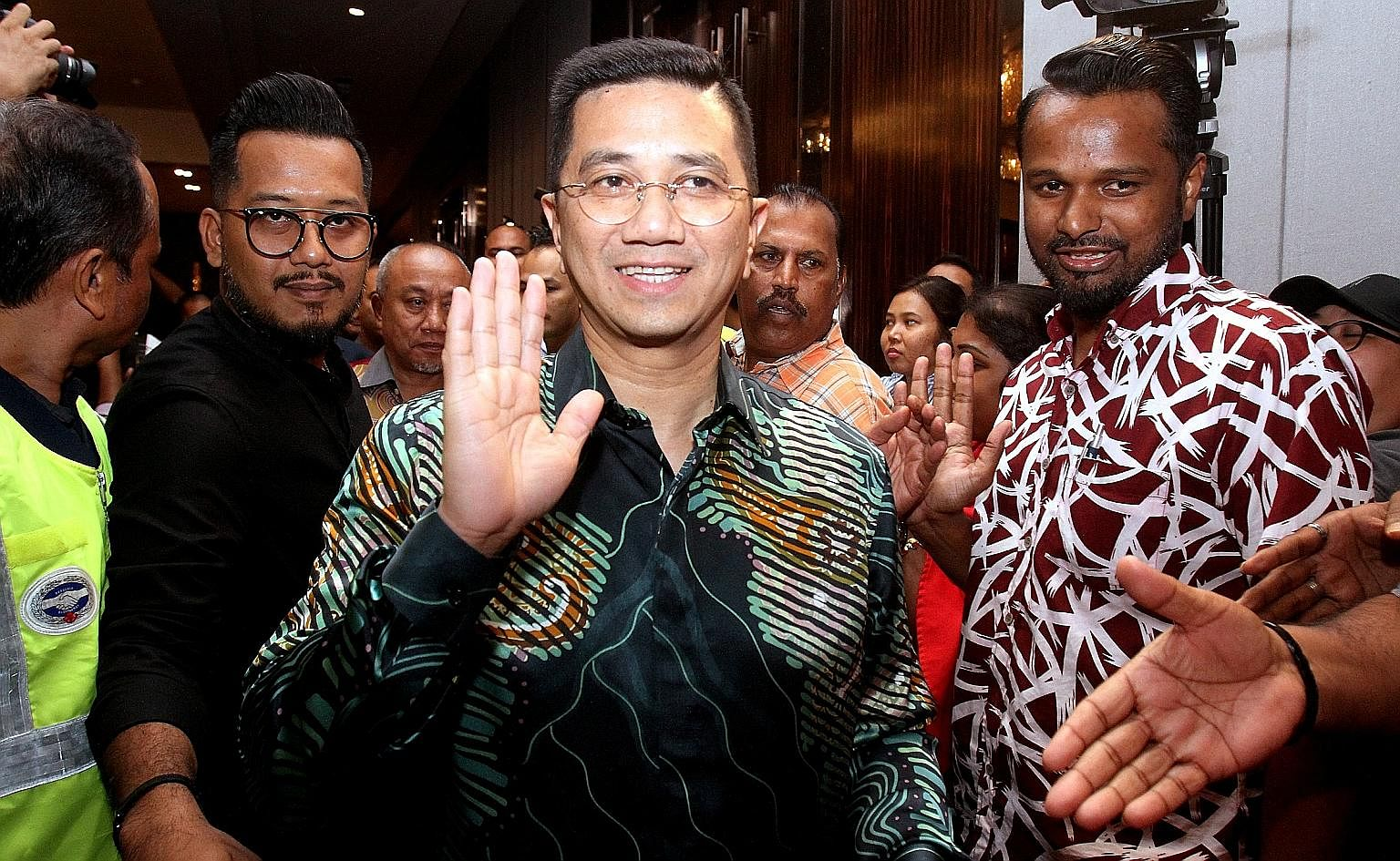 PKR主席安瓦尔·易卜拉欣(Anwar Ibrahim)的前任副主席拿督斯里·阿兹敏·阿里(Datuk Seri Azmin Ali)似乎对自己担任总理抱有自己的愿望,并带领一群异议人士脱离了PKR。