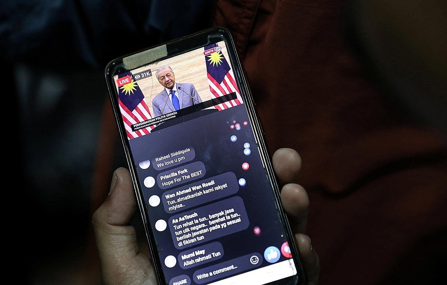 马来西亚前内政部长穆希丁·亚辛昨日在吉隆坡家外与新闻界交谈,此前皇家官员表示他将被任命为该国的新总理,这标志着敦马哈迪·穆罕默德的去世。