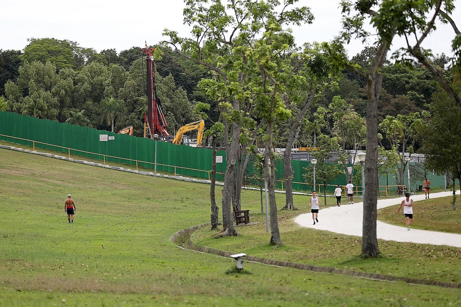 People exercising in Bedok Reservoir yesterday. Unlinked cases remain a worry as it means that someone with the disease has not been identified. Health Minister Gan Kim Yong said such cases need to be reduced to as low as possible.
