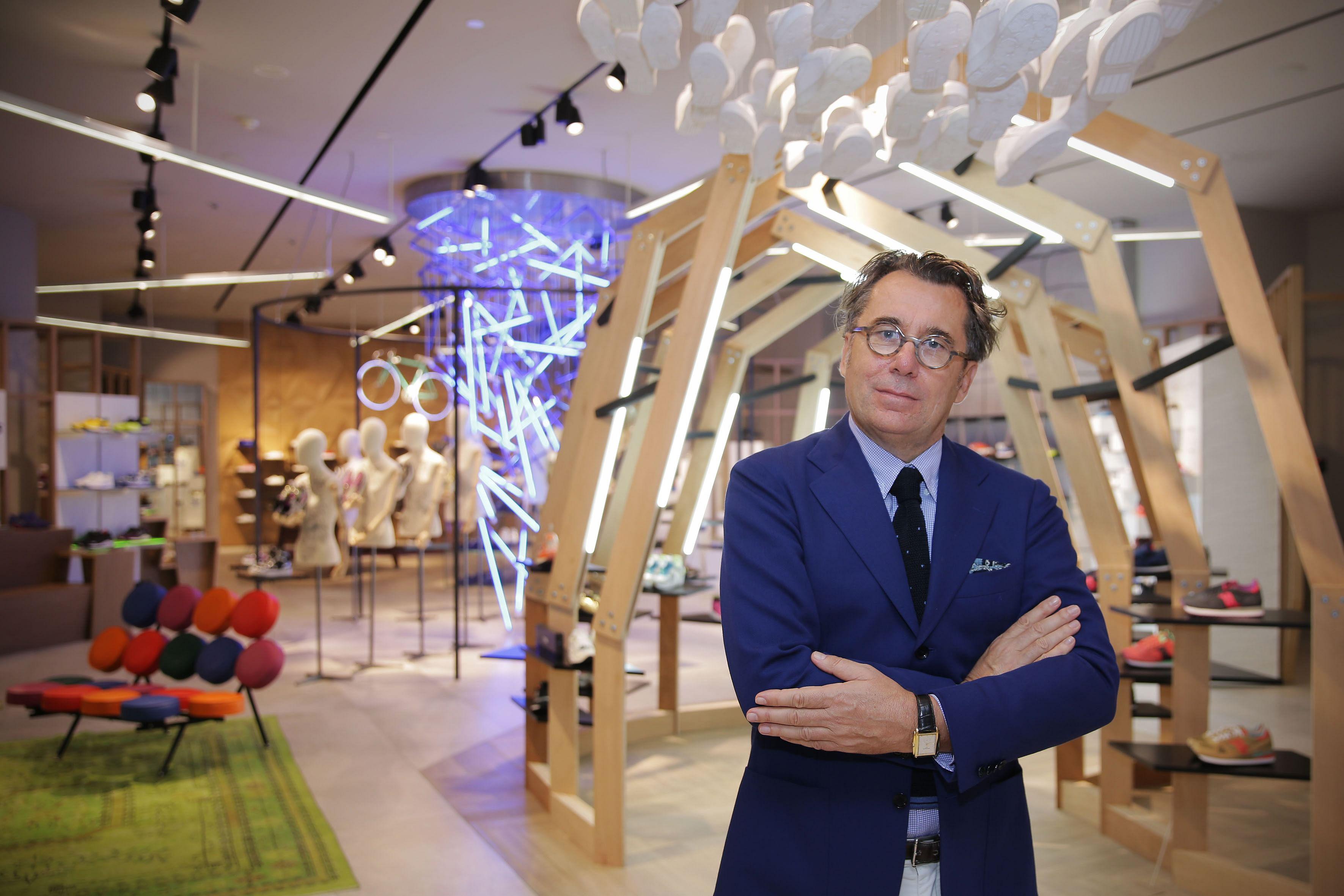 6facbcea07ff0f Mega luxury store opens amid retail slump